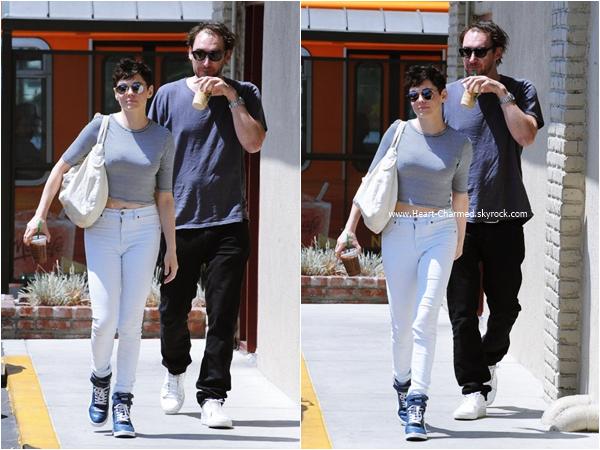 -    20/08/2015 : Rose se promenant avec son chien Sasquatch à West Hollywood.  -
