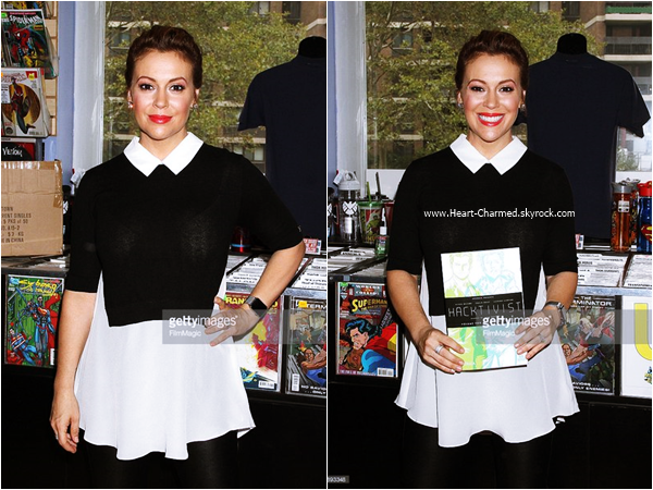-    12/09/2015 : Alyssa signant des copies de son livre Hackitvist Vol. 2 à New-York.  -