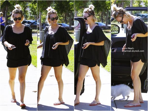 -    27/09/2015 : Kaley et sa chienne Ruby dans un parc à Los Angeles.  -