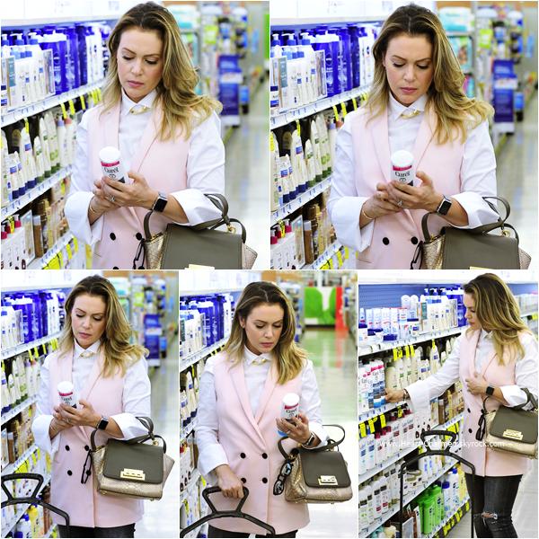-    05/10/2015 : Alyssa faisant quelques courses à Los Angeles.  -