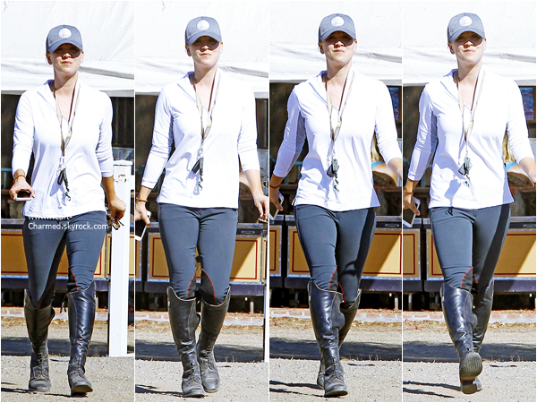 -    10/10/2015 : Kaley faisant de l'équitation au Flintridge Riding Club à Los Angeles.  -