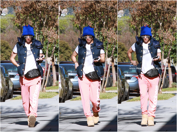 -    16/11/2015 : Kaley se promenant dans les rues de Los Angeles.  -