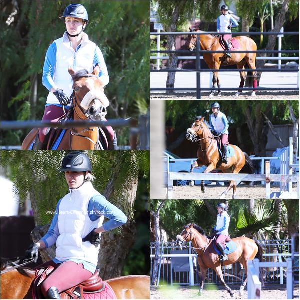 -    25/11/2015 : Kaley faisant de l'équitation à Calabasas.  -