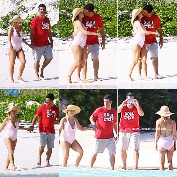 -    08/11/2015 : Alyssa et son mari David se promenant sur une plage aux Bahamas.  -