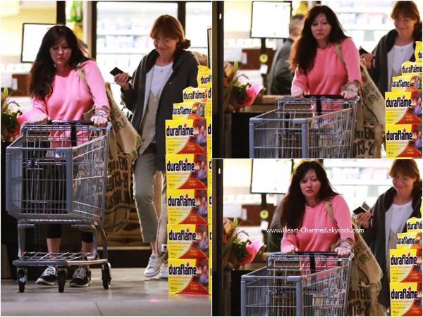 -    11/03/2016 : Shannen et sa maman quittant un supermarché à Malibu.  -