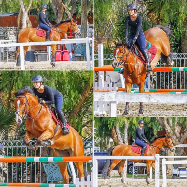 -    19/01/2016 : Kaley faisant de l'équitation à Los Angeles.  -