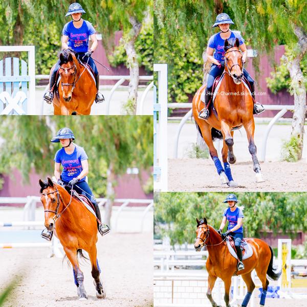 -    13/05/2016 : Kaley faisant de l'équitation à Los Angeles.  -