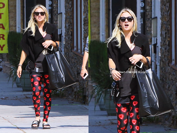 -    16/05/2016 : Kaley arrivant/quittant son cours de yoga à Sherman Oaks.  -