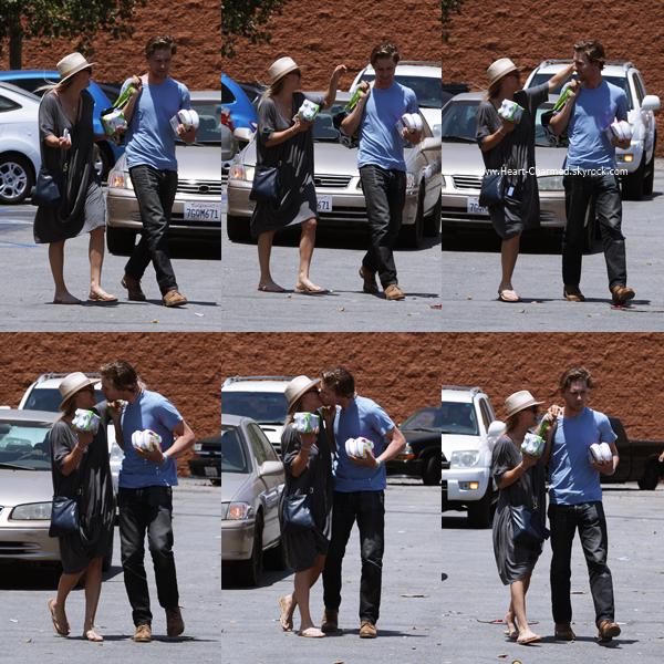 -    27/06/2016 : Kaley et son petit-ami Karl quittant une pharmacie à Encino.  -