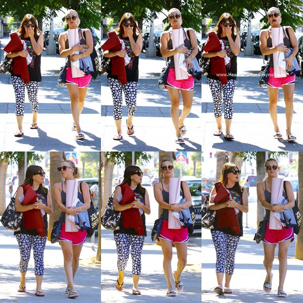 -    06/07/2016 : Kaley et une amie quittant un cours de yoga à Studio City.  -
