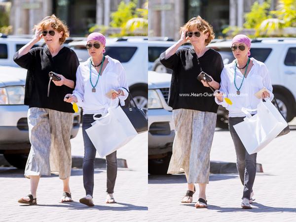 -    26/07/2016 : Shannen et sa maman Rosa faisant du shopping à Malibu.  -