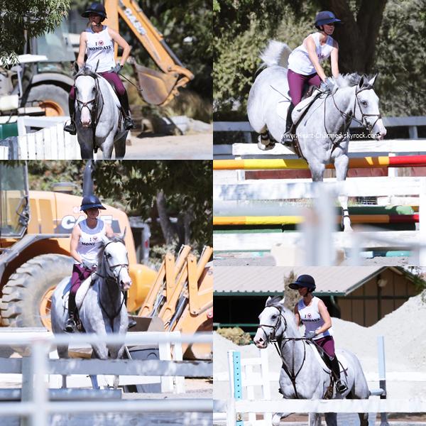 -    12/08/2016 : Kaley faisant de l'équitation à Burbank.  -