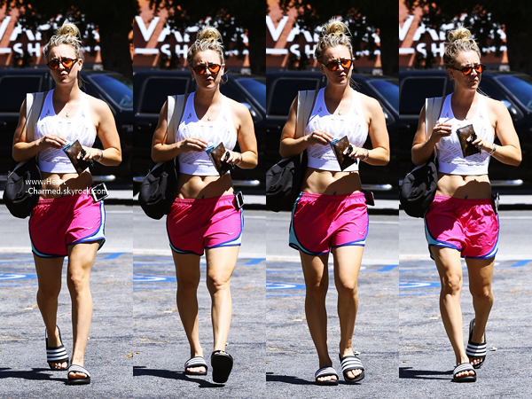 -    15/08/2016 : Kaley se rendant à son cours de yoga à Sherman Oaks.  -
