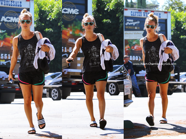 -    17/08/2016 : Kaley quittant son cours de yoga à Sherman Oaks.  -