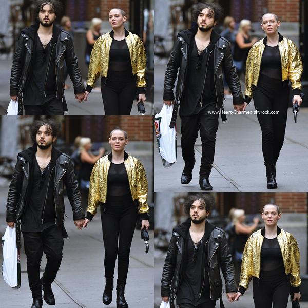 -    08/10/2016 : Rose et son petit-ami se promenant dans les rues de Soho.  -