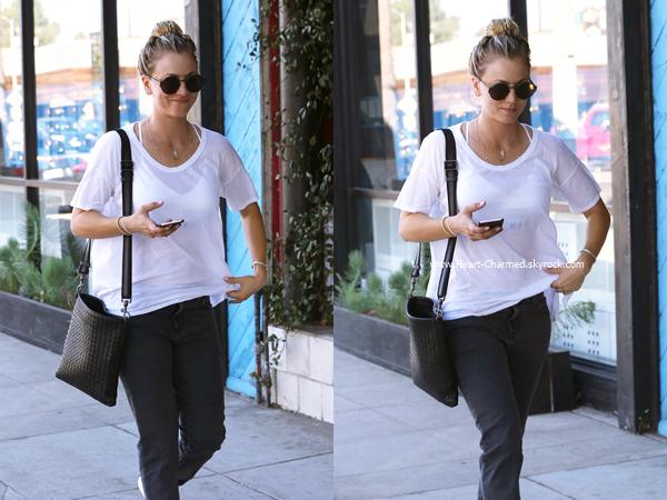 -    14/10/2016 : Kaley se promenant dans les rues de Studio City.  -