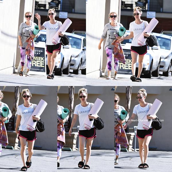 -    18/10/2016 : Kaley quittant son cours de yoga à Los Angeles.  -