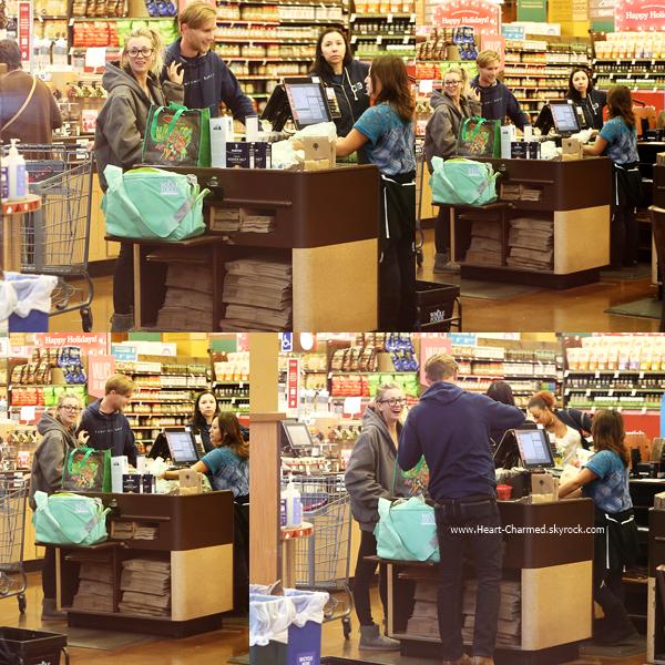 -    20/11/2016 : Kaley et son petit-ami Karl faisant des courses chez Whole Foods à Tarzana.  -