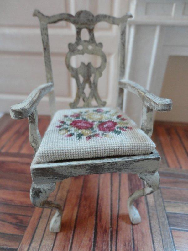 Chaise brodée avec accoudoir