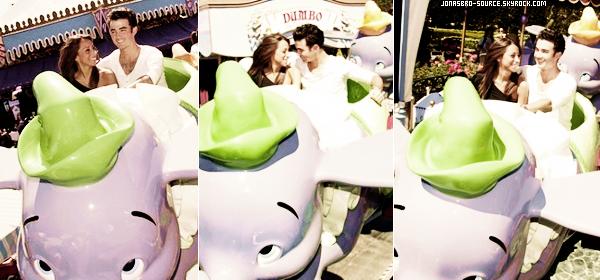 """. 15/09/10- Kevin&Danielle ,en amoureux, s'amusant à Disneyland. 15/09/10 - Joe dans le magasin """" American Rag """"  à Los Angeles      ."""