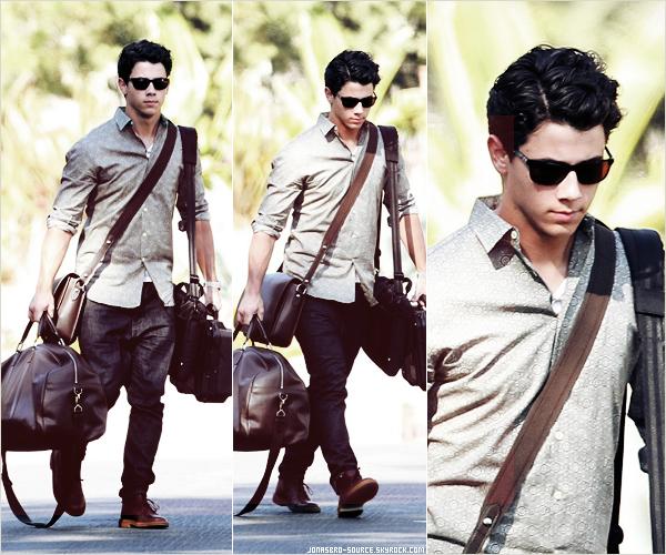 . 16/09/10- Joe sortant des studios d'Hollywood à Los Angeles 16/09/10 -  Nick se baladant , chargé de bagages ,à Los Angeles      .