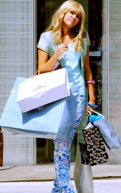Hannah faisant du shopping