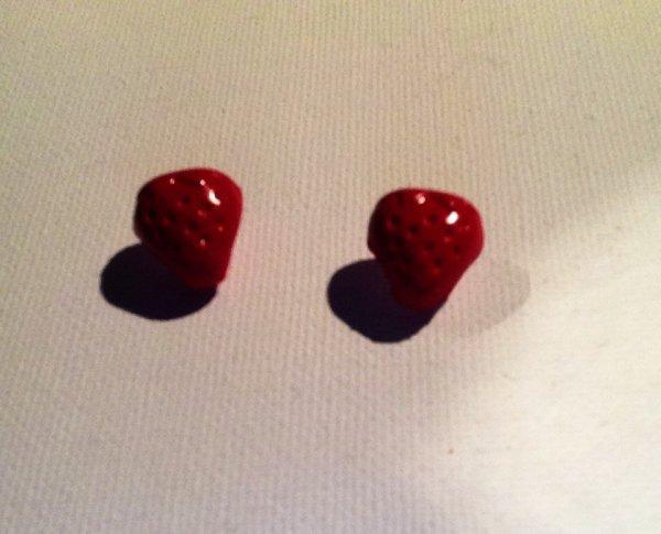 Boucles d'oreilles puces fraises ( Flavie )
