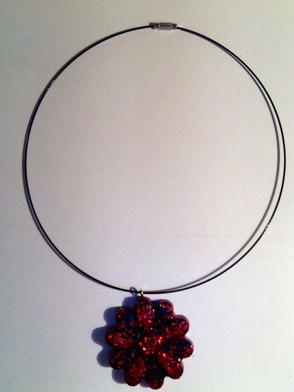 Collier fleur rouge et noir en fimo liquide (Flavie)