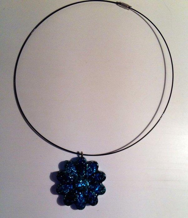 Collier fleur bleu et noir en fimo liquide (Flavie)