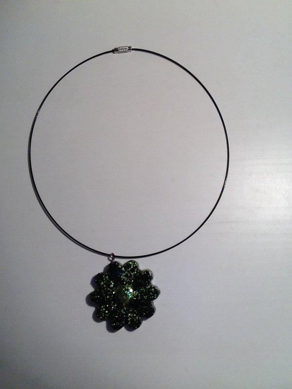 Collier fleur vert et noir en fimo liquide (Flavie)