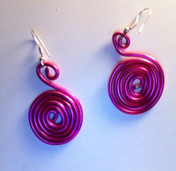 Boucles d'oreilles rose en fil d'aluminium (Clémence)