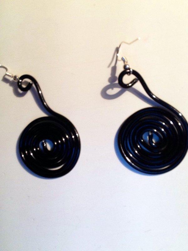 Boucles d'oreilles noires en fil d'aluminium (Clémence)