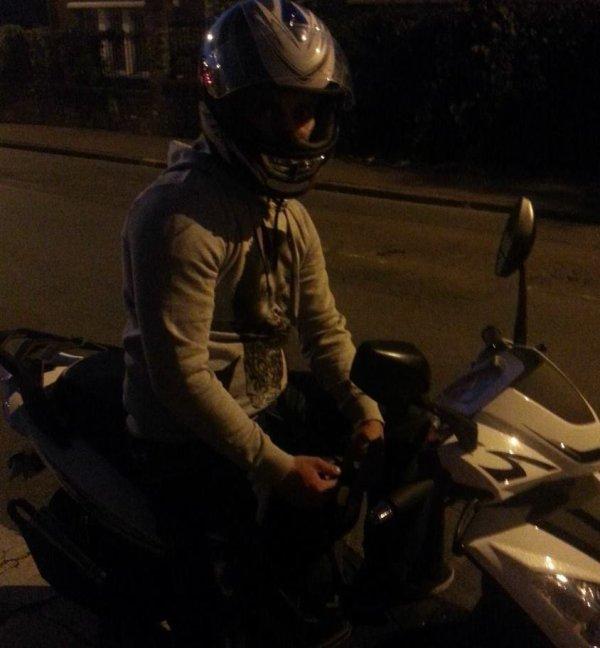 Le scooter je suis scoocher dessus mdr