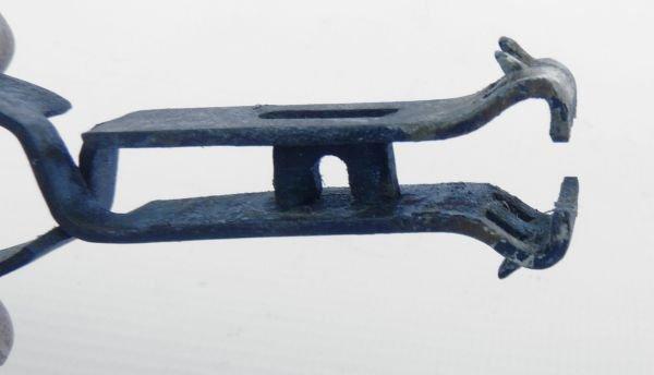 Tire-cartouches, en acier trempé, branches formant ressort, outils pour la chasse. Instrument servant à extraire les débris d'une cartouche dans les fusils à culasse.