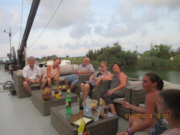 Aigues Mortes suite  - Vue exterieur et interieur du bateau dans lequel elle vie avec sa famille
