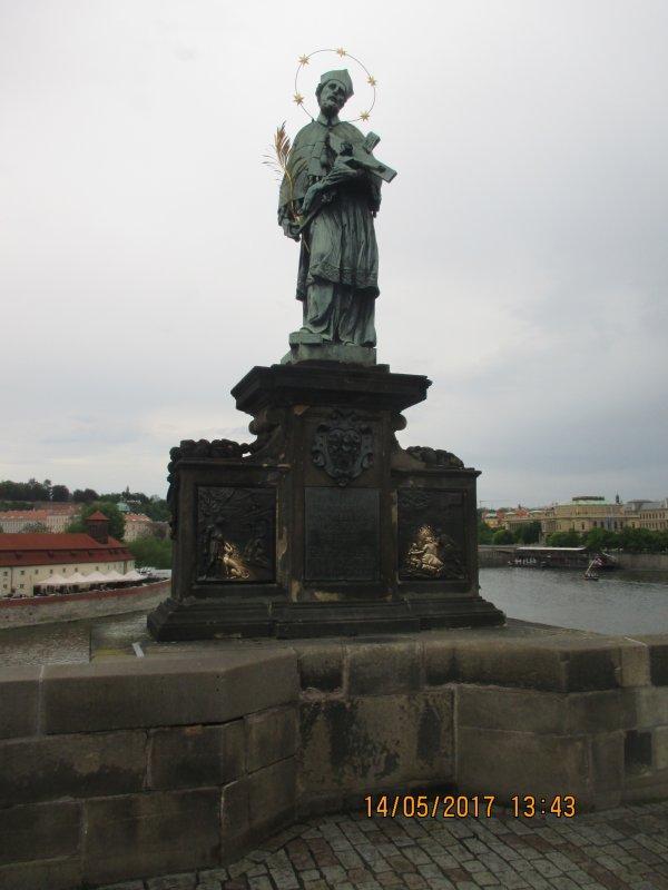 Statue de Jean Népomucène, prêtre catholique, située sur le Pont Charles à Prague (République Tchèque)