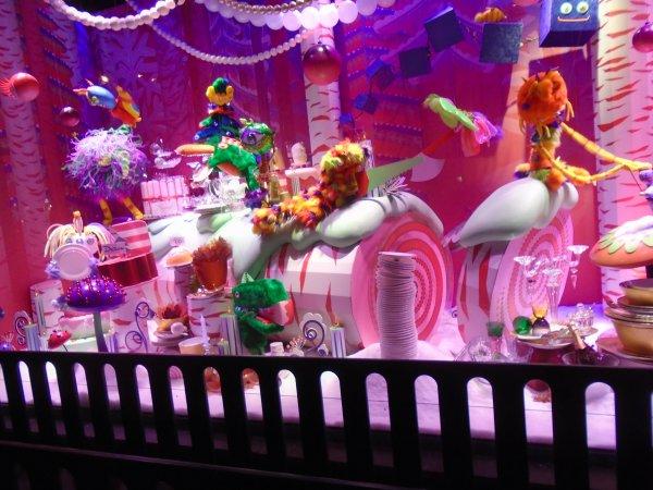 Balade à Paris , Galleries Lafayette, les vitrines de Noel ou bien des vitrines de  pub ??,Rien ne rappelle Noel là dedans