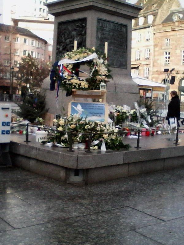 Passage à Strasbourg de haut en bas - Hommage aux victimes de l'attentat Place Kléber - derniers jours du sapin - creche en la cathet.- restes de décors - parvis cathedrale  -