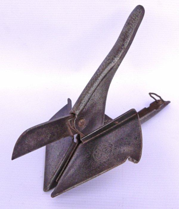 Pince pour la coupe d'onglet des baguettes en bois, utilisée par les électriciens
