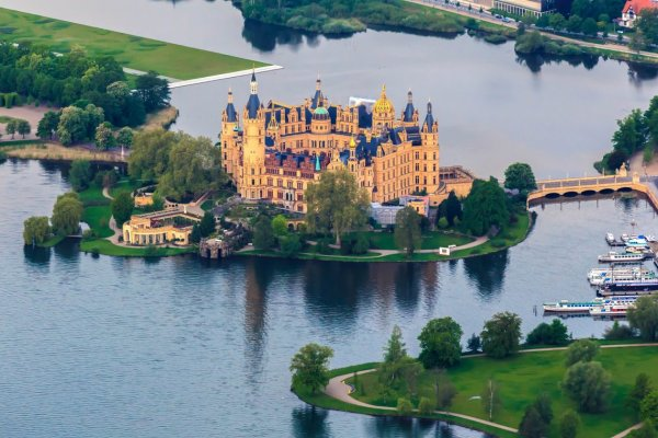 Château de Schwerin dans le Mecklembourg-Poméranie occidentale, Allemagne. Paricularité , situé sur une ile en pleine ville