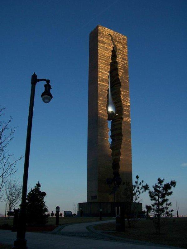 Larme de chagrin par Zourab Tsereteli, don de la Russie dans la lutte contre le terrorisme mondial organisé en 2006, Bayonne dans le New Jersey USA.