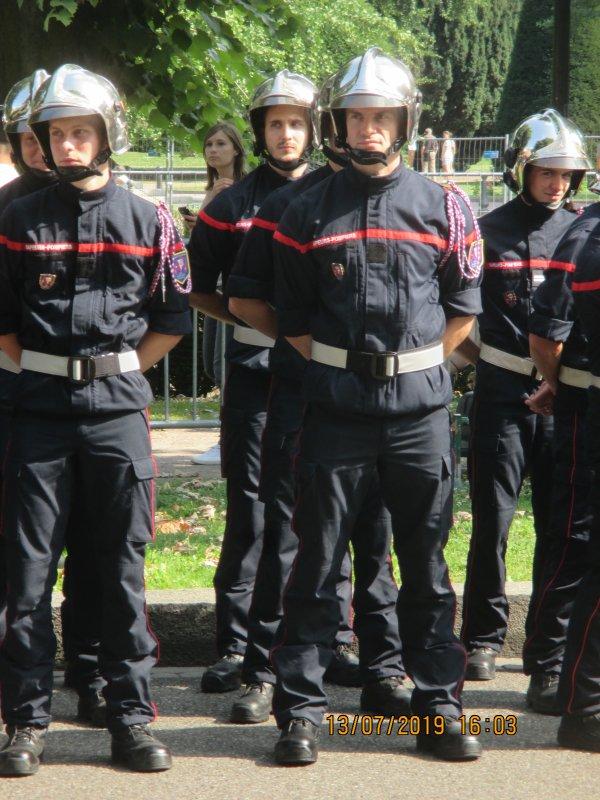 Defilé du 14 Juillet à Strasbourg avec la participation de mon petit fils Jeremy , pompier volontaire depuis une semaine tout juste. Photo de dos , c'est ce   lui que se retourne ...de face dernier rang au centre (avec barbe )