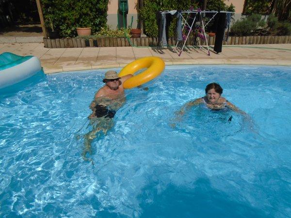 C'est la fin des vacances , la piscine de l'hotel est presque vide ...là on a de la place, enfin !!!