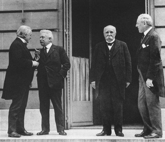 La conférence ( traité de paix de Versailles ) 1919 . LIoyd George, Vittorio Emanuele Orlando, Georges Clémenceau et Woodrow Wilson.