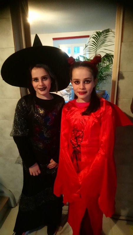 """Mes deux """"petites nieces """" jumelles  Emie en noir et Marie en rouge"""