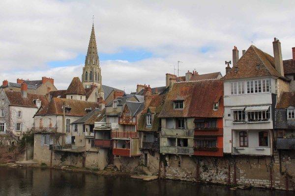 Argenton-sur-Creuse à l'ouest d'un pont souvent encombré aux périodes d'estives.