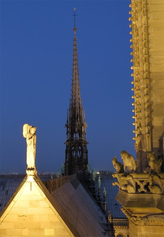 Notre Dame de Paris - Hommage aux batisseurs issus du  compagnonnage - Statue de Viollet Leduc en St Thomas...
