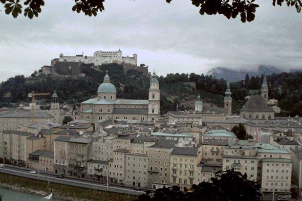 Quelles grands artistes sont nés dans cette ville - date de naissance de un au moins  - nom du chateau au dessus de la ville  Les 3 réponses OBLIGATOIRES