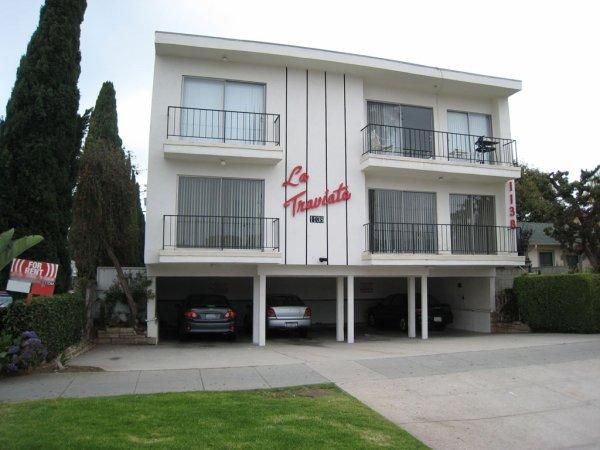 """Une """"histoire douce"""", un bâtiment """"tuck-under"""" ou """"dingbat"""". Il s'agit d'un type d'immeuble d'appartements qui a prospéré dans les années 1950 et 1960  Bravo  nomaka  papi  josy  nono  dany"""