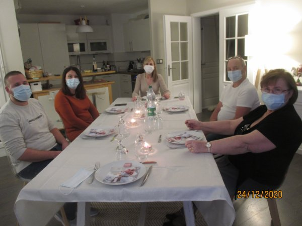 Réveillon chez notre fille Isabelle dans le respect  des conditions sanitaires ...Sourire sous les masques ...